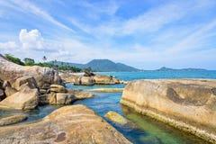 Roccia ed il mare blu a Koh Samui fotografia stock libera da diritti