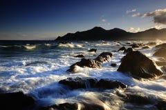 Roccia ed onda alla spiaggia Fotografia Stock Libera da Diritti