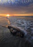 Roccia ed onde con le nuvole drammatiche di tramonto Fotografia Stock Libera da Diritti