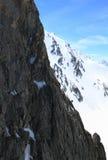 Roccia enorme e piccolo scalatore Immagine Stock