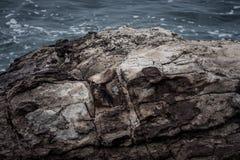 Roccia enorme ed il mare nei precedenti Immagine Stock Libera da Diritti
