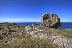 Roccia enorme sulla collina vicino alla spiaggia di Ceannabeinne, Scozia Immagine Stock
