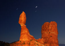 Roccia equilibrata alla notte Fotografie Stock