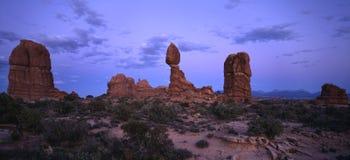 Roccia equilibrata dopo il tramonto Immagine Stock Libera da Diritti