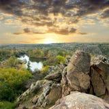 Roccia in foresta al tramonto Fotografie Stock Libere da Diritti