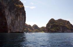 Roccia fra vegetazione tropicale thailand Viaggio attraverso l'Asia affascinante nave immagini stock
