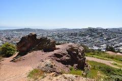 Roccia francescana della selce cornea dall'età dei rettili, Corona Heights Park con una vista di San Francisco, 1 immagine stock libera da diritti