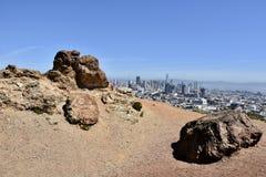 Roccia francescana della selce cornea dall'età dei rettili, Corona Heights Park con una vista di San Francisco, 2 fotografia stock libera da diritti