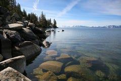 Roccia, lago e paesaggio della montagna Immagini Stock Libere da Diritti