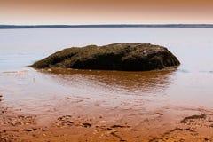Roccia in lago nel Canada immagini stock