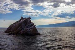 Roccia in mezzo al mare Immagine Stock