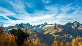 Roccia naturale Mountain View dell'albero fotografia stock libera da diritti