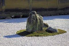 Roccia nel giardino di zen Fotografie Stock Libere da Diritti
