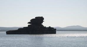 Roccia nel lago fotografia stock