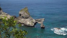 Roccia nel mare Bali, Indonesia fotografia stock