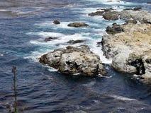 Roccia in oceano con le onde Immagini Stock Libere da Diritti