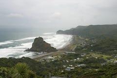 Roccia a Piha, Nuova Zelanda del leone immagine stock