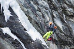 Roccia rampicante dell'uomo nell'inverno Fotografie Stock