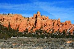 Roccia rossa contro un cielo blu Fotografia Stock