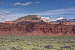 Roccia rossa e prati verdi Fotografia Stock