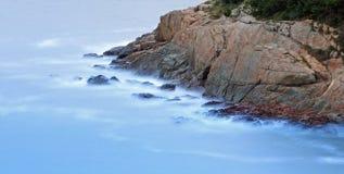 Roccia rossa nel mare Fotografie Stock