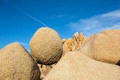 Roccia rotonda equilibrata nel parco nazionale dell'albero di Joshua Fotografia Stock Libera da Diritti