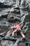 Roccia-scalatore con sfuocatura. Immagini Stock