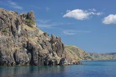 Roccia scenica alla costa di mare - vista da acqua Fotografia Stock