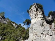 Roccia sotto il cielo blu Fotografie Stock