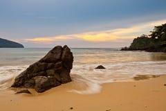 Roccia, spiaggia e tramonto Fotografie Stock Libere da Diritti