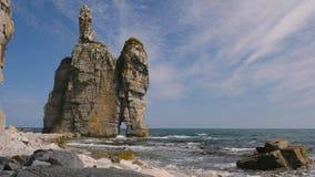 Roccia straordinaria nell'oceano Pacifico 4K archivi video