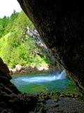 Roccia a strapiombo al bacino della cascata nel geopark alpino Fotografie Stock
