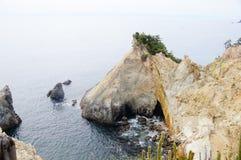 Roccia stupefacente nell'oceano Pacifico Fotografie Stock