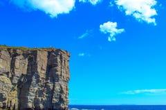 Roccia su un fondo di cielo blu Fotografia Stock