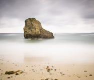 Roccia su una spiaggia con esposizione lunga Immagine Stock Libera da Diritti