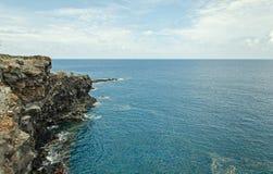 Roccia tagliente e mare e nuvole blu vuoti puliti Fotografia Stock Libera da Diritti