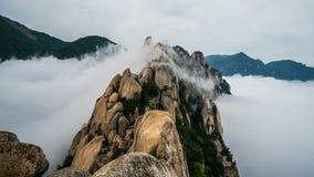 Roccia Timelapse di Ulsanbawi Montagna nel parco nazionale di Seoraksan, Corea del Sud archivi video