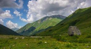 Roccia in una valle Fotografie Stock Libere da Diritti