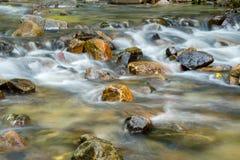 Roccia variopinta alla cascata, Tailandia Fotografia Stock