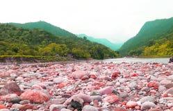 Roccia vicino ad area lunga ed al fiume della collina immagine stock