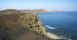 Roccia vigorosa, crolli in un mare blu, con abbagliamento del sole, rocce maestose Fotografia Stock Libera da Diritti