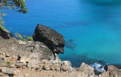 Roccia vulcanica contro acqua libera Immagini Stock Libere da Diritti