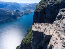 Rocha íngreme Preikestolen sobre a água do fiorde Lysefjorden, atração natural Vista superior, voo acima do penhasco O púlpito do imagens de stock