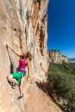 Rocha alaranjada vertical de ascensão do montanhista fêmea do estilo da hippie Foto de Stock Royalty Free