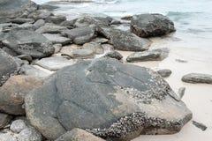 Rocha, areia e mar Fotografia de Stock Royalty Free