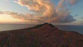 Rocha bonita na opinião aérea do por do sol tiro Grande rocha perto do mar video estoque