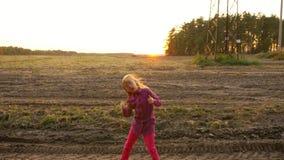 A rocha caucasiano nova louca N da dança da menina rola fora Menina branca que salta na cena rural do campo filme