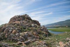 Rocha coberta com o líquene na frente do Lago Baikal imagem de stock