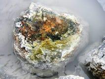 Rocha colorida em uma lagoa térmica da lama imagem de stock