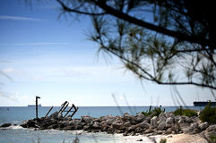Rocha com as peças do barco afundado Foto de Stock Royalty Free